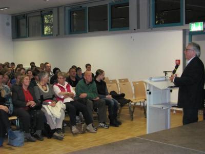Prof Hasinger vor Zuhörern in Halle 4